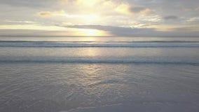 Schöner Sonnenuntergang am Strand, Lichtstrahl, der durch cloudscape über Meerblick glänzt Langsames fliegendes Luft4k, 30fps stock video