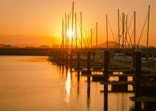 Schöner Sonnenuntergang von einem Fischerdorf Laredo, Kantabrien, Spanien lizenzfreie stockfotografie