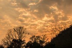 Schöner Sonnenunterganghimmel über dem Hügel Lizenzfreies Stockfoto