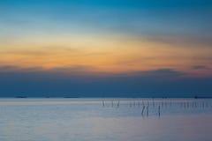 Schöner Sonnenunterganghimmel über dem Seeküstennaturlandschaftshintergrund Lizenzfreies Stockfoto