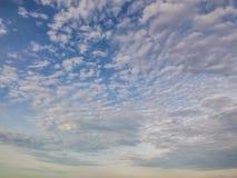 Schöner Sonnenunterganghimmelhintergrund oder Landschaftssonnenuntergang lizenzfreie stockfotos
