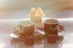 Schöner sonniger Morgen an Valentinsgruß ` s Tag mit festlichen Symbolen Lizenzfreie Stockfotos