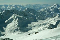 Schöner sonniger Tag in den schneebedeckten Bergen stockfotos