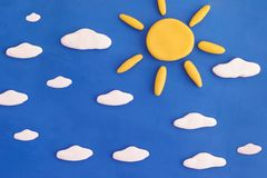 Schöner sonniger Tag Sun und Wolken auf einem blauen Himmel lizenzfreie stockfotos