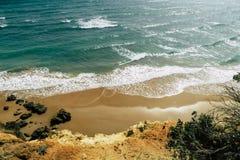 Schöner spanischer Strand und Küstenlinie mit Klippen: Meer, Wellen mit weißem Kamm während des Sonnenuntergangs stockbilder