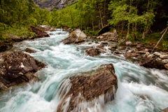 Schöner starker Wasserfall in Norwegen mit dem Effekt von flowin Lizenzfreies Stockfoto