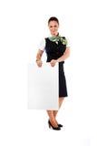 Schöner Stewardess, der Leerbeleg hält Lizenzfreies Stockbild
