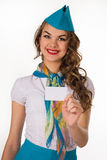 Schöner Stewardess hält eine leere Plastikkarte Stockbild