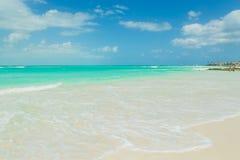Schöner Strand auf der Insel, Türkiswasser, karibisches Meer, Ozean Lizenzfreie Stockbilder