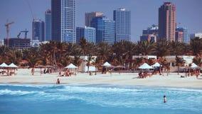 Schöner Strand bei Dubai, Vereinigte Arabische Emirate stock video