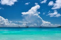 Schöner Strand bei Seychellen Stockfotos