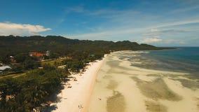 Schöner Strand der Vogelperspektive auf einer Tropeninsel Philippinen, Anda-Bereich stockbilder