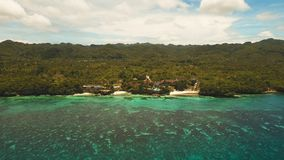 Schöner Strand der Vogelperspektive auf einer Tropeninsel Philippinen, Anda-Bereich stockfotos