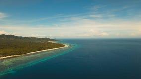Schöner Strand der Vogelperspektive auf einer Tropeninsel Philippinen, Anda-Bereich lizenzfreie stockfotografie