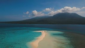 Schöner Strand der Vogelperspektive auf Tropeninsel Camiguin-Insel Philippinen stock video footage