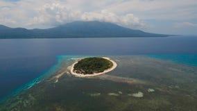 Schöner Strand der Vogelperspektive auf Tropeninsel Mantigue-Insel Philippinen stock video