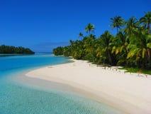 Schöner Strand in einer Fuss-Insel, Aitutaki, Koch-Inseln Lizenzfreie Stockfotografie