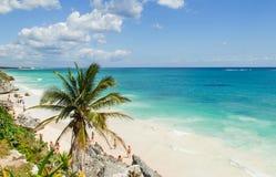 Schöner Strand im archäologischen Museum, Tulum, Maya Mexikos, karibisches Meer, Riviera Lizenzfreie Stockbilder