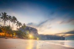 Schöner Strand mit buntem Himmel, Thailand Stockfotos