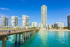 Schöner Strand mit condomiums und Wolkenkratzer in Sunny Islands Lizenzfreies Stockfoto