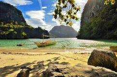 Schöner Strand mit Felsen auf dem Hintergrund der Inseln. EL N Stockfotos