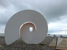 Schöner Strand mit großer Skulptur Stockbild