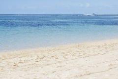 Schöner Strand mit klaren blauen Himmeln und blauem Meer Lizenzfreie Stockfotografie
