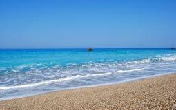 Bewegt das große blaue Meer wellenartig Lizenzfreies Stockbild