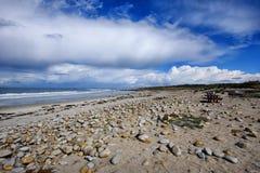 Schöner Strand mit Sand und Felsen Stockbilder