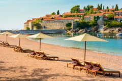 Schöner Strand mit Sonnenschutz in Montenegro, Balkan, adriatisches Meer Stockfoto