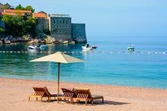 Schöner Strand mit Sonnenschutz in Montenegro, Balkan, adriatisches Meer Lizenzfreie Stockfotografie
