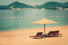 Schöner Strand mit Sonnenschutz in Montenegro, Balkan, adriatisches Meer Lizenzfreies Stockfoto