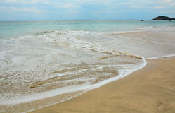 Schöner Strand mit sonnigem Tag Stockfotos