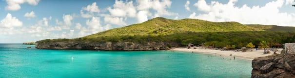 Schöner Strand mit Türkis wässert in den Karibischen Meeren stockfotos