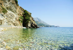 Schöner Strand mit Trinkwasser und Steinen Lizenzfreie Stockfotos