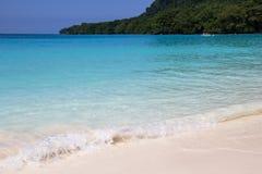 Schöner Strand mit ursprünglichem Türkiswasser in Champagne Bay-Insel von Papua-Neu-Guinea Lizenzfreie Stockfotografie