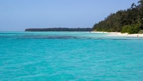 Schöner Strand mit ursprünglichem Türkiswasser in der Konflikt-Insel, Papua-Neu-Guinea Lizenzfreie Stockfotos