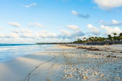 Schöner Strand Punta Cana bei Sonnenuntergang stockfotos