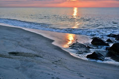 Schöner Strand-Sonnenaufgang auf einem Sommer-Morgen an der Felsen-Anlegestelle Lizenzfreie Stockbilder