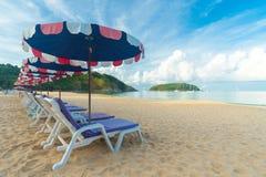 Schöner Strand, Stühle auf dem sandigen Strand nahe dem Meer, den Sommerferien und dem Ferienkonzept für Tourismus lizenzfreies stockfoto