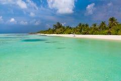 Schöner Strand Stühle auf dem sandigen Strand nahe dem Meer Sommerferien und Ferienkonzept Inspirierend tropische Szene lizenzfreie stockfotografie