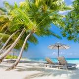 Schöner Strand Stühle auf dem sandigen Strand nahe dem Meer Sommerferien und Ferienkonzept Inspirierend tropischer Hintergrund lizenzfreies stockfoto