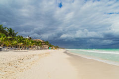 Schöner Strand Sturmhimmel über dem Meer Stockfotos