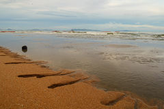 Schöner Strand und bewölkter Himmel stockbild