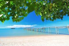 Schöner Strand und blauer Himmel Lizenzfreies Stockbild