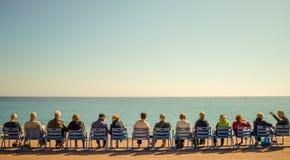 Schöner Strand und blaues Meer eines berühmten Sommers französisches Riviera, lizenzfreie stockfotografie