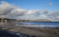 Schöner Strand und Küstenlinie der Küstenstadt ziehen, Isle of Man ab Stockbilder