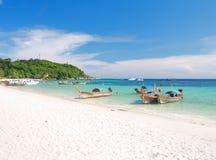 Schöner Strand und Meer mit longtail Boot auf KOH lizenzfreie stockfotos