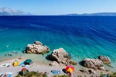Schöner Strand und Meer mit transparentem Wasser Stockfotos