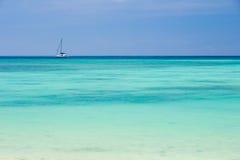 Schöner Strand und Segeln Stockfotos